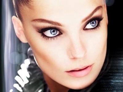 matita-nera-contorno-make-up-occhi-azzurri.jpg